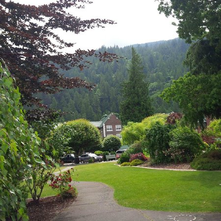 Harrison Hot Springs Resort & Spa: Main hotel and gardens