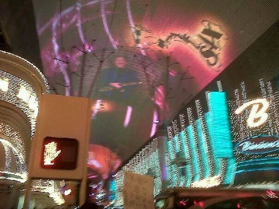 Fremont Street Experience : Fremont playing Queen