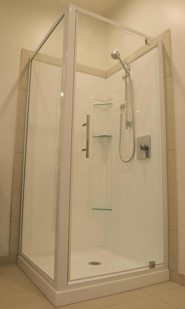 Baileys at the Beach Motel: Shower in One-Bedroom Unit