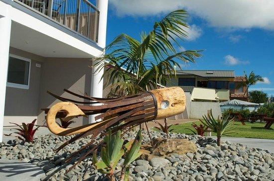 Baileys at the Beach Motel: Front Garden Feature