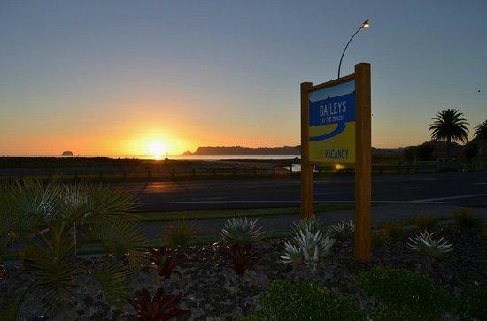 Baileys at the Beach Motel: Sunrise