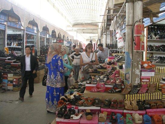 Kashgar Bazaar: mirando zapatos