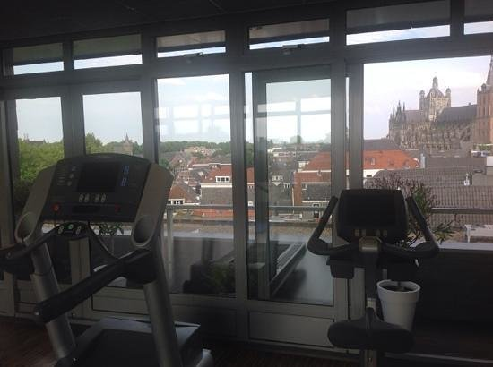 Golden Tulip Hotel Central: The fitness centre is clean and airy with lovely views across town.