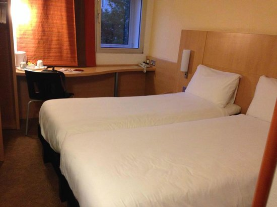Ibis London Heathrow Airport : SMALL & CLEAN Twin Room