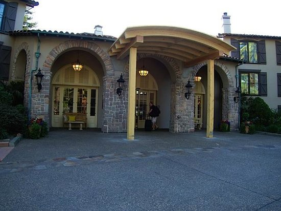 Embassy Suites by Hilton Napa Valley: Impressive front entrance