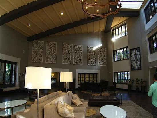 Embassy Suites by Hilton Napa Valley: Welcoming lobby