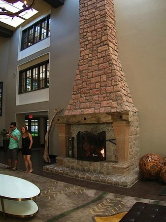 Embassy Suites by Hilton Napa Valley: Fireplace in lobby