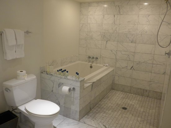 Trump International Hotel Waikiki : 広いバスルーム