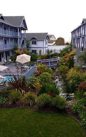BEST WESTERN PLUS Bayshore Inn: Garden section. Beyond the bridge is the koi pond.