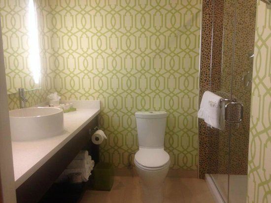 Hotel Indigo Anaheim : Bathroom & Walk In Shower