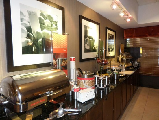 Hampton Inn Chicago-Carol Stream: Free breakfast