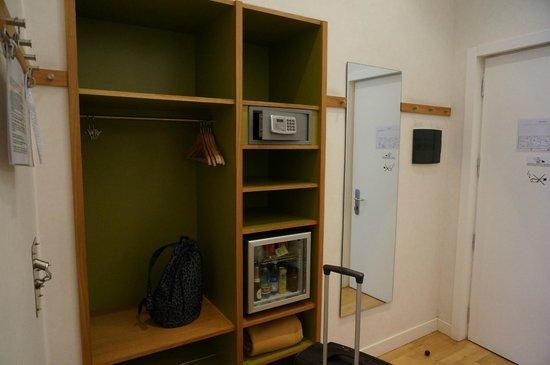 Hotel Piazza Bellini : В шкафу для одежды открытое пространство