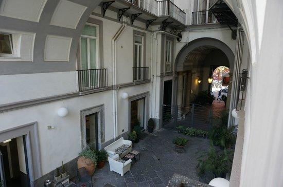 Hotel Piazza Bellini: Вид из холла во внутренний дворик