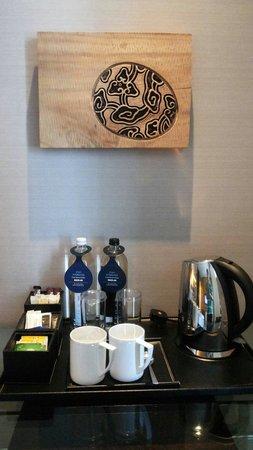 Hilton Kuala Lumpur: Tea/coffee making area in room