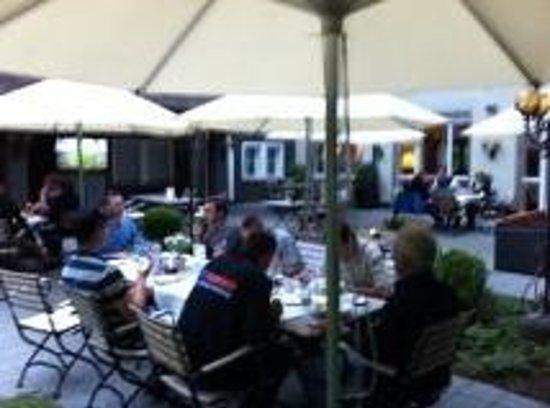 Parkhotel Waldau: le repas dansle jardin
