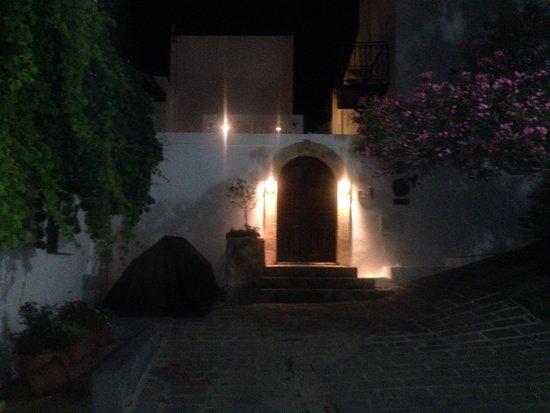 F Charm Hotel: La sera..