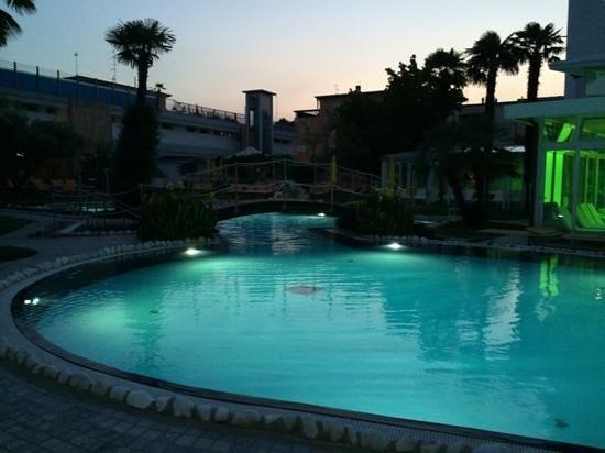 Panoramic Hotel Plaza: piscina in notturna