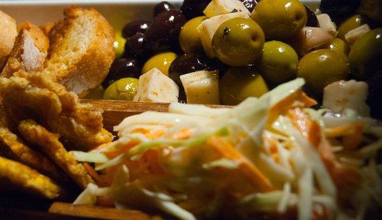 Rabipelao Raval / Arepas y Cocteles tropicales: Olivas marinadas con queso / tostoncitos con ensaladilla