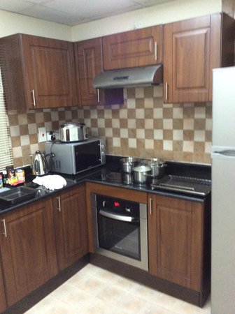 Pearl Marina Hotel Apartments : Kitchen