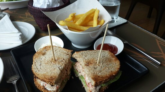 Park Plaza Sukhumvit Bangkok: Enjoy the lunch at the restaurant..  tuna sandwish for me and tuna grilled salad for my friend.