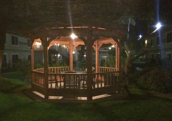 Quality Inn Thousand Oaks: Cute little gazebo for reading or R&R