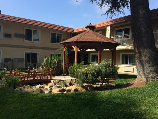 Quality Inn Thousand Oaks: Nicely manicured courtyard
