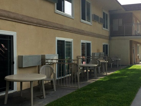 Quality Inn Thousand Oaks: Some rooms facing courtyard has chair and table outside