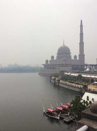 Putra-Moschee (Masjid Putra): 煙霧の中のモスク。神秘的にも見えます。