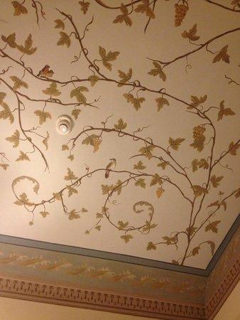 I Portici Hotel : Расписанный высокий потолок