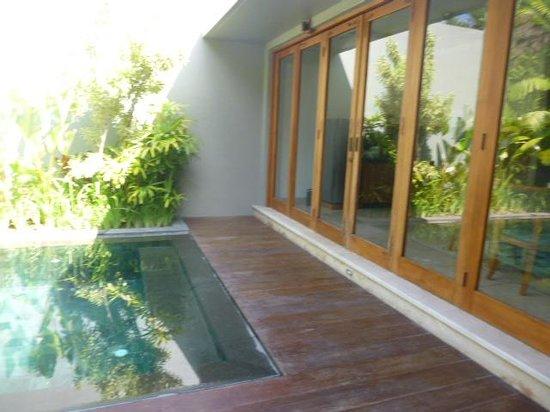 KoenoKoeni Villa: pool and door to the sitting area