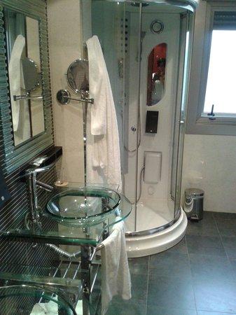 Royal Nayef Hotel: Baño de la habitacion