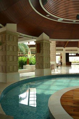 Four Points by Sheraton Shenzhou Peninsula Resort: Холл отеля
