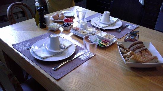 Mama Nena Charming Hotel: Breakfast table