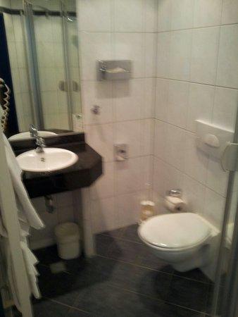 Conti Hotel: Bad mit dusche