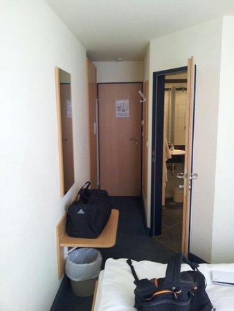 Conti Hotel: Sehr schmales Zimmer aber ausreichend.