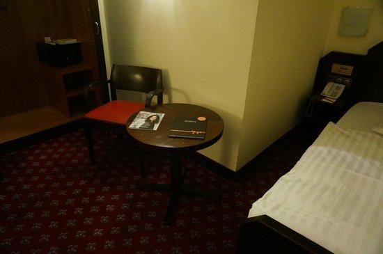 Savoy Hotel Berlin : Рядом с кроватью есть место и для столика с креслом