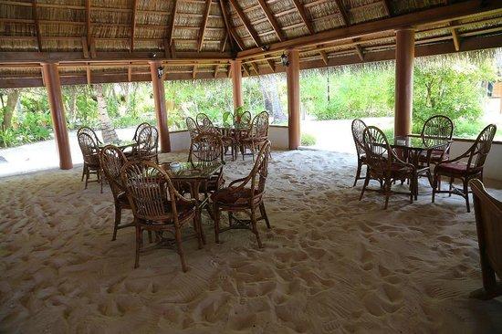Fihalhohi Island Resort : Ресторан на песке