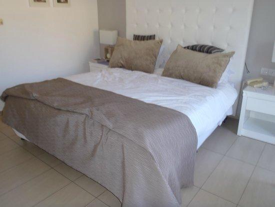 Atlantica Bay Hotel : large bed