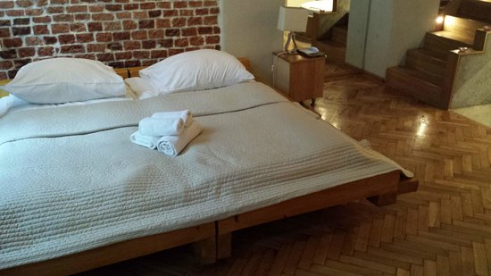 Aparthotel Stare Miasto: huge double bed. note stairs up to mezzanine area.