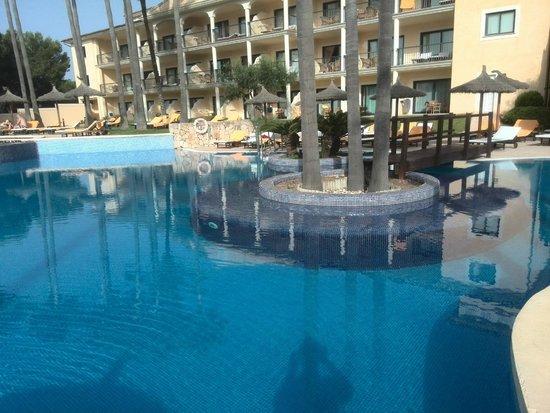 SENTIDO Mallorca Palace: piscina y plataforma sumergida para tomar el sol