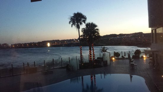 Hotel  Arenas del Mar: Evening from outside bar