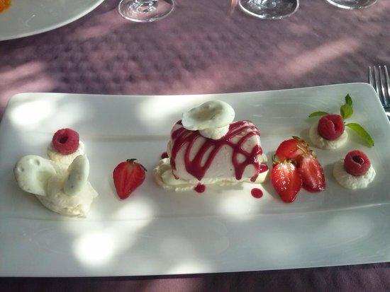 Le Pré Gourmand : Vacherin glacé à la vanille de Madagascar,  Sorbet fraise Mara des bois,  Une chantilly au cho