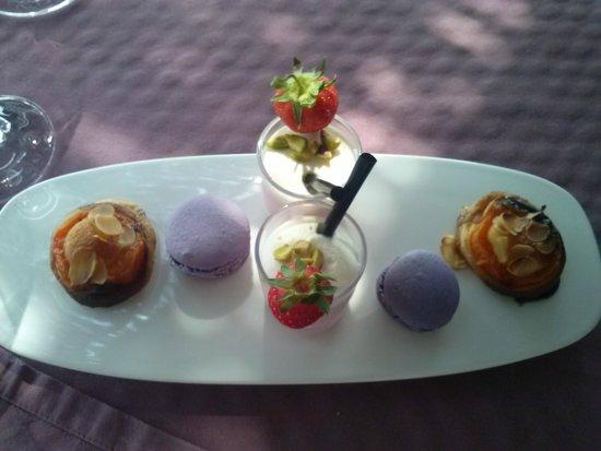 Le Pré Gourmand : Amuses bouches sucrés - tartelette abricot - macaron aux framboises - verrine type smoothie f