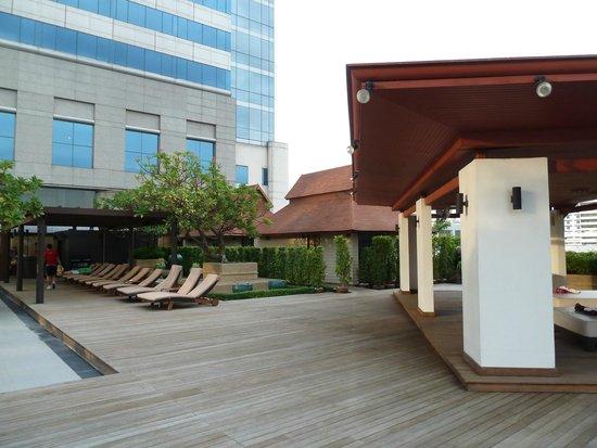 Pathumwan Princess Hotel: alentours piscine