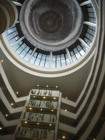 Holiday Inn Moscow Seligerskaya : 吹き抜けの上部(瞳の形になっています)
