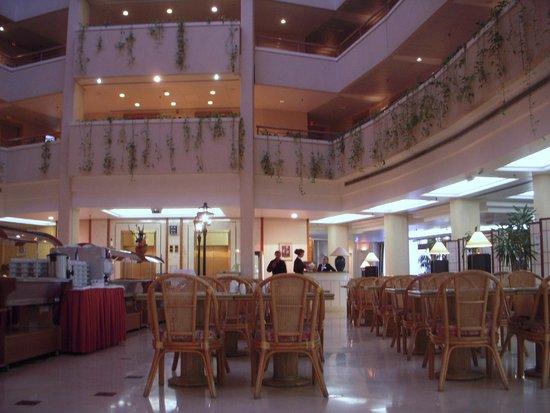 Holiday Inn Moscow Seligerskaya : 吹き抜けのロビー(朝食会場)
