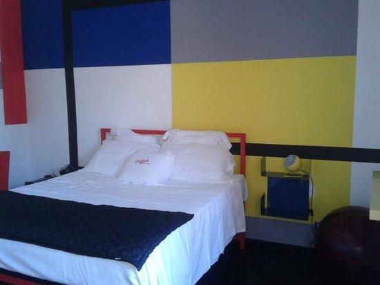Giumbabulla Luxury House : Letto con alla spalle parete Mondrian