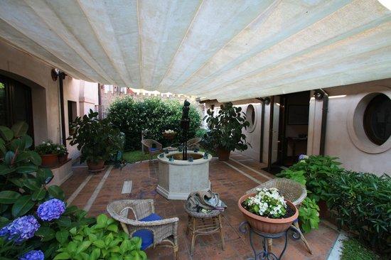 """Dolcemela: il piccolo giardino con la fontana del """"mezzo tonno"""""""