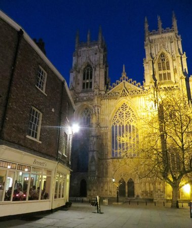 Bennett's Cafe & Bistro: Listen to the Minster bells as you eat!