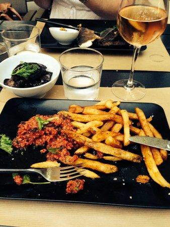 La Maison : Tartare de bœuf au saté et ses frites maison, aubergines confites en extra